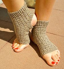 Ravelry: yoga teacher's yoga socks free pattern by imawale imawale Diy Crochet Projects, Crochet Crafts, Knitting Projects, Knit Crochet, Crochet Stitch, Crochet Pattern, Knitted Slippers, Crochet Slippers, Knitting Socks
