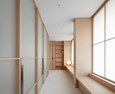 Ash wood, glass and brass feature inside Valencia's Swiss Concept clinic, which Francesc Rifé Studio has designed in reference to Eastern meditation rooms. Interior Minimalista, Green Painted Walls, White Walls, Minimalist Lanterns, Design Clinique, Bleached Wood, Sliding Panels, Meditation Rooms, Curved Walls
