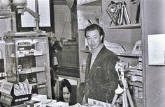山本悍右像  1955. Kansuke Yamamoto in his shop.