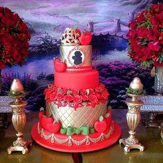 #mulpix Bolo da Branca de Neve belíssima obra de @ivanacalumby com coroa em biscuit de @biscuit.mrciagazoli  …