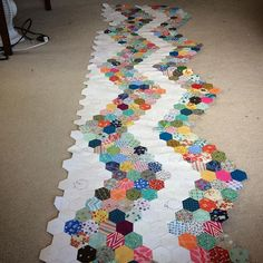 Working on the Beast. Quilting Projects, Quilting Designs, Quilting Ideas, Hexagon Patchwork, Hexagon Quilt Pattern, Quilt Border, Sampler Quilts, Foundation Piecing, Crochet Quilt