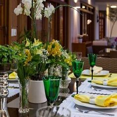 Bommmm diaaaa!! Mesa verde&amarela em homenagem ao nosso Brasil lindo 💚💛 #bomdia #interiores #decor #detalhes #decoracao #decorating #decoracaodeinteriores #architect #arquitetura #arqmbaptista #arquiteturadeinteriores #mesaposta #7desetembro #marianemarildabaptista