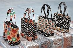 """Over the weekend I started the """"Tini Treat Bags"""" that were designed by Monica Solorio-Snow from Happy Zombieland. You can find the pattern. My Bags, Purses And Bags, Tote Bags, Paper Purse, Summer Handbags, Handbag Patterns, Craft Bags, Quilted Bag, Fabric Bags"""