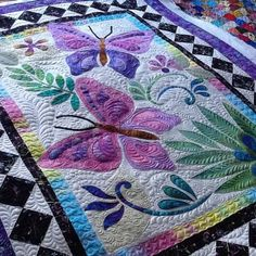 Striking patchwork quilts - head to our articles for lots more ideas! Colchas Quilting, Free Motion Quilting, Machine Quilting, Quilting Projects, Quilting Designs, Quilting Ideas, Applique Patterns, Applique Quilts, Quilt Patterns