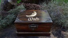 """Dentro da caixa tem o """"kit Witch"""" que contém vários itens e ferramentas poderosas, como as flores e ervas que foram colhidas, elaboradas e energizadas pela lua em todas as suas fases, para assim aumentar os poderes do seu feitiço!  Mesmo um iniciante pode usar essa caixa, basta seguir sua intuição e seus encantamentos. Algumas receitinhas de magia acompanham o kit, mas através de estudos você poderá fazer seus próprios feitiços. Caixa com bandeja – Contem 56 itens"""