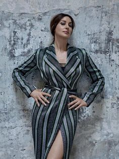 Striking a pose, Monica Bellucci wears Emporio Armani coat and Eres bodysuit. Monica Bellucci looks ready for her closeup on the August 2018 cover of Esquire Spain Monica Bellucci Fotos, Monica Belluci, David Rockefeller, Stella Mccartney Dresses, Italian Actress, Brunette Beauty, Mannequin, Vanity Fair, Most Beautiful Women