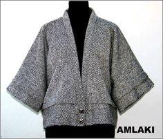 Chaqueta de lana en blanco y negro.  La puedes ver en    el jardín de AMLAKI