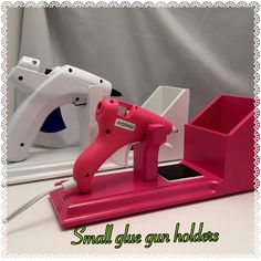 He encontrado este interesante anuncio de Etsy en https://www.etsy.com/es/listing/230057998/small-glue-gun-holder-scrapbooking