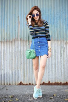 Casual outfit with a super cute scalloped skirt in denim and a classic striped top with cool colours. Also wearing Melissa oxford and Adô bag.