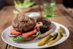 Portobello Bun Burger - Make delicious beef recipes easy, for any occasion Low Carb Recipes, Beef Recipes, Portobello, Salmon Burgers, Bagel, Food Styling, Hamburger, Easy Meals, Rolls