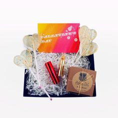Pamper your valentine and treat her like a queen with this glamorous and fashionable gift box. Let her bathe in the sweet tastes and therapeutic scents, and invite her to put up her feet for the day as you shower her with affection.