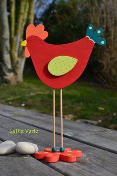 Coq en bois sur pied, original comme décoration de table pour votre repas de Pâques ou pour la décoration d'une fenêtre ou étagère.  Le coq est découpé avec une scie à c - 7690025