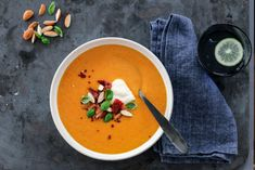 SPICY GULROTSUPPE MED BACON Thai Red Curry, Spicy, Bacon, Chili, Eat, Ethnic Recipes, Soups, Food, Chowders