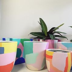 Dieses neutrale Wohnzimmer ist asymmetrisch, weil die Bilder so … This neutral living room is asymmetrical because the pictures … Painted Plant Pots, Painted Flower Pots, Ceramic Plant Pots, Ceramic Painting, Ceramic Art, Diy Painting, Pottery Painting Ideas, Ceramic Cups, Keramik Design