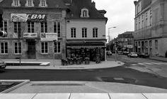 Rue de Champs de Mars. Brasserie Le Commerce