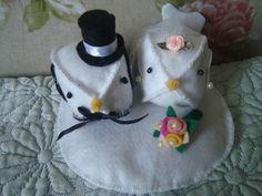 Lindo casal de pombinhos para topo de bolo.   Ambos são ricos em detalhes. O pombinho está vestido com um chique smoking, com uma gravata borboleta, botões brancos de miçangas e cartola. A pombinha está com um chique véu com gotinhas de cristal e uma mini rosinha no topo da cabeça, além de um fofissímo buquê com aplicações em perolas.   Enfim um lindo utensilio para sua decoração, tanto para topo de bolo, centro de mesa e uma linda lembrança de um momento inesquecivel.