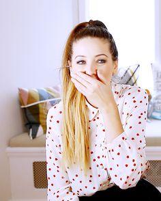 Zoe is so gorgeous! Famous Youtubers, British Youtubers, Zoella Beauty, Tanya Burr, Zoe Sugg, Youtube S, Celebs, Celebrities, Friends In Love