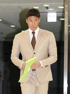 糸井はFAの書類提出で球団事務所を訪れた。黒髪にしたのは覚悟の表れ!?(撮影・安部光翁)