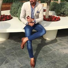 Go for a straightforward yet casually stylish choice marrying a beige blazer and. - Go for a straightforward yet casually stylish choice marrying a beige blazer and blue skinny jeans. Blazer Outfits Men, Blazer Fashion, Blazer With Jeans Men, Jeans Pants, Beige Blazer Outfit, Denim Suit, Men Blazer, Outfits Hombre, Brown Blazer