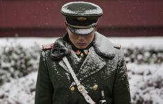 Солдат китайской военизированной полиции у ворот Тяньаньмэнь в Пекине, 22 ноября 2014 г. Фото: Kevin Frayer/Getty Images