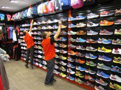 Recolocando los modelos de zapatillas en tienda. ¡Hay que estar atentos al detalle!