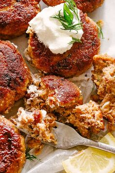 Salmon Patties - Made with just a handful of ingredients, these crunchy, yet tender and juicy salmon patties are the best idea for a quick and delicious dinner recipe. Salmon Recipes, Fish Recipes, Seafood Recipes, Cooking Recipes, Clean Recipes, Keto Recipes, Oven Baked Salmon, Baked Fish, Salmon Cakes