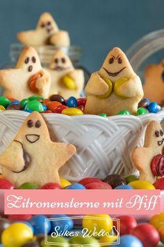 Diese kleinen Sterne schmecken zart nach Zitrone und mit den süßen Gesichtern sind es kleine Keks-Emojis. Die kannst du ganz einfach selbst backen. Die Kids freuen sich darüber. Es macht richtig Spaß die Gesichter mit Kindern zu malen und sich immer neue Grimassen einfallen zu lassen. Das Rezept zum Nachbacken vom Buttergebäck mit Zitrone findest Du hier auf meinem Blog. #Silkeswelt #plätzchen #Ausstechen