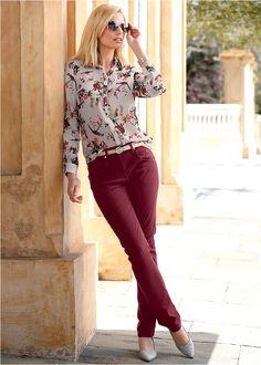 O piesă feminină cu aspect elegant de cămaşă, realizată dintr-un şifon fin cu imprimeu botanic adorabil. Bluza este prevăzută cu năsturei transpareţi de încheiere. Model lavabil cu o lungime de la cca. 65 cm (măr.36) până la cca. 74 cm (măr.54). Material superior: 100% poliester