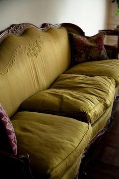 love this old sofa! Olive Living Rooms, Home Living Room, Antique Sofa, Vintage Sofa, Louis Xvi, Garden Nook, Cosy Sofa, Woodlands Cottage, Manhattan Apartment