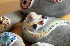 - Kieselsteine mit Mosaik verziert (von Ringelmiez) Pebbles decorated with mosaic (by Ringelmiez) Mosaic Crafts, Mosaic Projects, Mosaic Art, Mosaic Glass, Mosaic Ideas, Wallpaper Food, Diy Projects To Try, Craft Projects, Diy For Kids