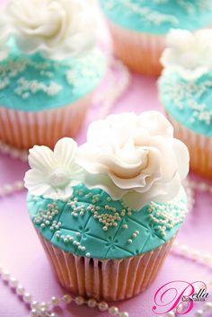 (via Cupcakes♥Mini cakes) Elegant Cupcakes, Pretty Cupcakes, Beautiful Cupcakes, Sweet Cupcakes, Fondant Cupcakes, Yummy Cupcakes, Cupcake Cakes, Chocolate Cupcakes, White Cupcakes