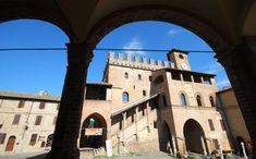 Il Palazzo del Podestà a Castell'Arquato (Piacenza) Ducati, Louvre, Building, Places, Travel, Italia, Art, Viajes, Buildings