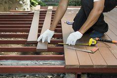 Quel est le prix au m2 d'une terrasse en bois ? Comment poser sa terrasse bois ? Découvrez les avantages et prix des terrasses bois et les conseils travaux.