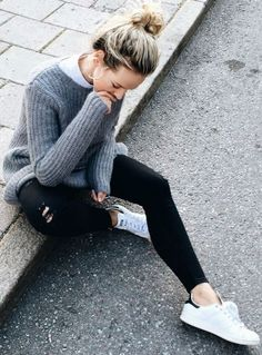 Pour un look sporty porter le jean noir avec un pull oversize et des Stan Smith ou baskets blanches