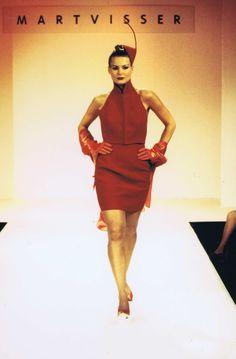 Mart Visser Haute Couture Spring Summer 1995 Rode Robe met Hoofd Accessoire