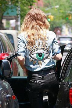 Gigi Hadid wears custom denim shirt and leather pants. Diy Fashion, Autumn Fashion, Fashion Outfits, Trendy Fashion, Fashion Weeks, London Fashion, Denim Street Style, Customised Denim Jacket, Looks Teen