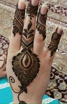 Girls paint their hands and legs with lovely and pretty new mehndi designs. These stunning mehndi designs are perfect for everybody. Latest Henna Designs, Mehndi Designs For Girls, Mehndi Designs 2018, Stylish Mehndi Designs, Mehndi Designs For Fingers, Mehndi Design Pictures, Beautiful Henna Designs, Bridal Mehndi Designs, Mehndi Images