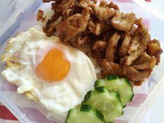 อาหารตามสั่งสูตรและวิธีทำหมูทอดกระเทียมไข่ดาวราดข้าว - Fried Pork with G...