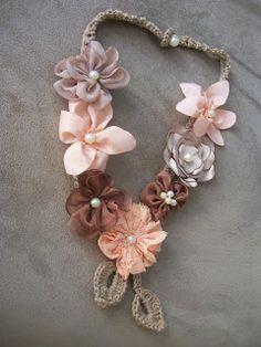 artelinhas e agulhas: Colar de crochê com flores de tecido