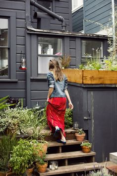 """Gardenista - """"It's kind of a little postage stamp, but coming from New York I think this feels gigantic and amazing,"""" clothing designer Courtney Klein says of the backy Ann Street Studio, Decoration Entree, Edible Garden, Green Organics, Exterior Paint, Bird Houses, Garden Inspiration, Houseplants, Vegetable Garden"""