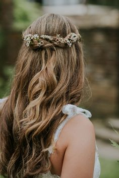 subtle but sweet flowers in this bride's hair | Image by  Mallory + Justin