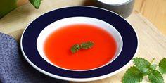 Den skønneste sommerlige suppe med både rabarber og jordbær.