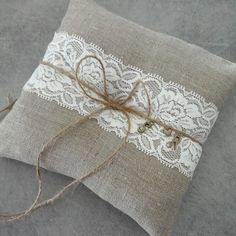 Coussin d'alliance gris et dentelle personnalisable avec initiales en charms,gray ring pillow with charms initials and lace