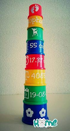 Dit is een stapeltoren die je voor de baby maakt en die hij dan kan laten omvallen zo leert hij met vlakke hand slaan en hij kan ook 2 potjes op elkaar stapelen en leert zo verder de oog-handcoördinatie. Je stimuleert zo ook het zitten voor de toren en het kruipen naar de toren. Je kan de kleuren ook benoemen is goed voor de taal. Plotter Silhouette Cameo, Silhouette Curio, Silhouette Cameo Projects, Kids Gifts, Baby Gifts, Baby Silhouette, Mom And Baby, Flocking, Scrapbooking