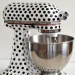 Kitchenaid Mixer Makeover - would love to do this in a different pattern (and maybe even a different color) A konyhában is pöttyös! Dots Fashion, Curvy Fashion, Style Retro, Maker, Kitchen Aid Mixer, Kitchen Robot, Different Patterns, Kitchen Gadgets, Kitchen Appliances