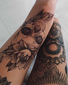Skull Tattoos for Females: Skull Tattoos are also gaining popularity among women and men. Both sexes like skull tattoos to ink on their bodies. Dream Tattoos, Future Tattoos, Love Tattoos, Unique Tattoos, Beautiful Tattoos, Body Art Tattoos, New Tattoos, Skull Thigh Tattoos, Thigh Sleeve Tattoo