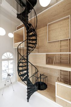 Black-painted wrought-iron stairs spiral down the center of the Room on the Roof, a quirky space atop an Amsterdam department store that hosts short-term artist residencies. Staying consistent with the minimalist architecture, Interior Architects added Houses Architecture, Interior Architecture, Interior And Exterior, Interior Design, Amsterdam Architecture, Architecture Artists, Minimalist Architecture, Interior Photo, Interior Modern