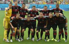 FIFA World Cup 2014 - Alemania 1 USA 0 (6.26.2014) Members of the German national team pose for a picture prior to a Group G football match between US and Germany at the Pernambuco Arena in Recife during the 2014 FIFA World Cup on June 26, 2014: (front row, L-R) Germany's defender Philipp Lahm, Germany's forward Thomas Mueller, Germany's defender Benedikt Hoewedes, Germany's midfielder Bastian Schweinsteiger and Germany's midfielder Mesut Ozil, (row behind, L-R) Germany's goalkeeper Manuel…
