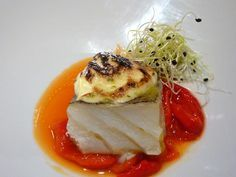 His Majesty the cod, mousseline au gratin with soft pear and tomato jam Salmon Recipes, Fish Recipes, Seafood Recipes, Cooking Recipes, Tapas, Michelin Star Food, Modern Food, Weird Food, Food Decoration