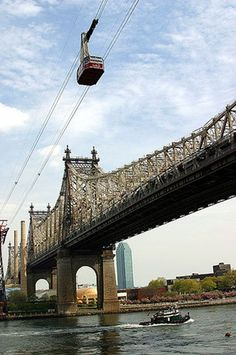A classic Gotham experience that remains a novelty even to locals, the Roosevelt Island Tram serves up amazing views of Manhattan as it hugs the Queensboro Bridge on its sweep across the East River. A must for any NYC visit! Hampshire, Wyoming, Oh The Places You'll Go, Places To Visit, Photographie New York, Roosevelt Island, Las Vegas, Empire State Of Mind, I Love Nyc
